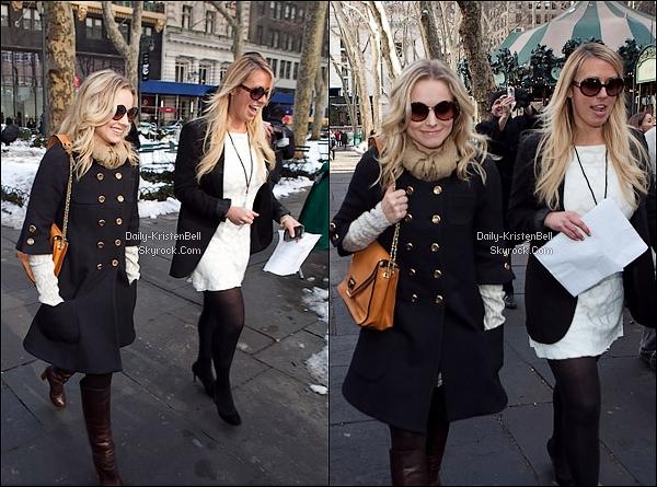Article Flashback! 14 / 02 / 2010 __ Kristen se promenant dans les alentours de Bryant Park. Kristen arborait une jolie petite veste et des lunettes qui ne passent pas inaperçues. T'en penses quoi? .
