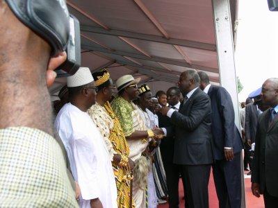 SEM. Laurent GBAGBO président de la république de Cote d'Ivoire  réconnaissant les mérites de sa Majesté Tchiffi Zie pour son travail sur le continent Africain