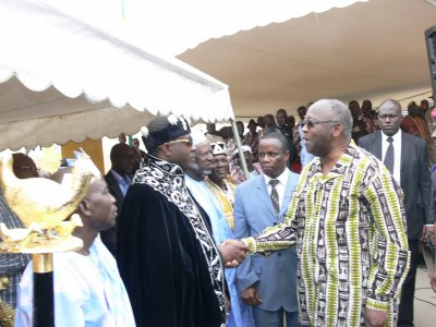 Comme tout bon chèf, sa Majesté Tchiffi Zie aux cotés de SEM. Laurent Gbagbo  pour l'ouverture commissariat CRS3 de Divo