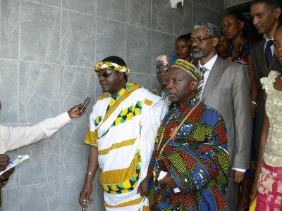 sa Majesté Tchiffi Zie répondant aux différentes questions des journalistes à la sortie de séance travail  avec le réprésentant de l'UA à Abidjan