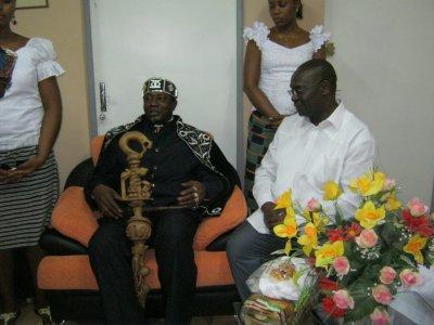 Sa Majesté Tchiffi Zie (SG. du forum des rois) venu remercier Mr. Brou Amessan (DG. de la RTI) et toute son équipe pour le travail élaboré dans les électoins présidentielles en Cote d'Ivoire)
