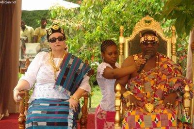 le couple royal de l'Eburnie( sa Majesté Tchiffi Zie et la Reine ) a avec joie réçu les bénédictions de ses employés, collaborateurs lors des présentations des vouex de nouvel an et a aussi exhorté les ivoiriens au dialogue et au pardon