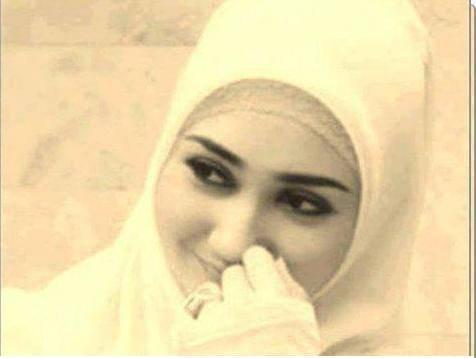 رأئ الزوج زوجته حزينة ، فقال لها : أنتي ثاني أجمل امرأة رأيتها في حياتي ! و قالت: ومن الأولى ؟ فقال : أنتي ولكن حين تبتسمين