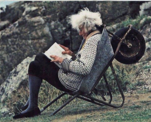 La lecture n'a pas besoin d'une chaise en bois et une table de luxe de verre. Seulement besoin c½urs et les esprits de la soif sont en mesure de voyager avec le même
