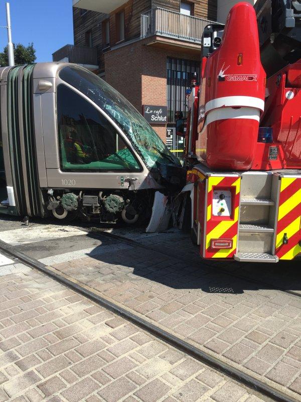 Accident Tram et Grande Échelle Pompiers à Strasbourg