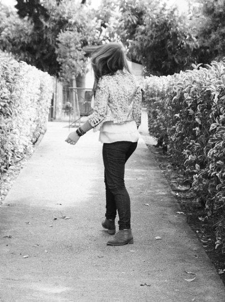 Je suis usée, par la vie, par le bruit, par l'oublie. Usée par ce monde que je n'arrive plus à comprendre et qu'en fait, je n'ai jamais compris. Usée par le dégout, usée d'être incomprise, le rejet et les regrets, qui nous envahissent à chaque instants, usée par l'échec, par le temps qui passe et qui nous tuent, usée par la jalousie des autres, qui ronge beaucoup de c½urs, usée par ma propre personne, qui est d'ores et déjà condamnée ... ✝