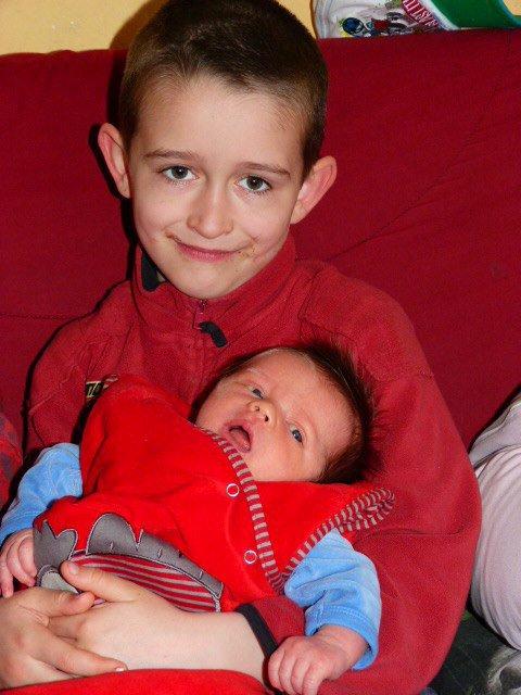 Mathéo avait que 3 semaines avec son grand frère Chris.