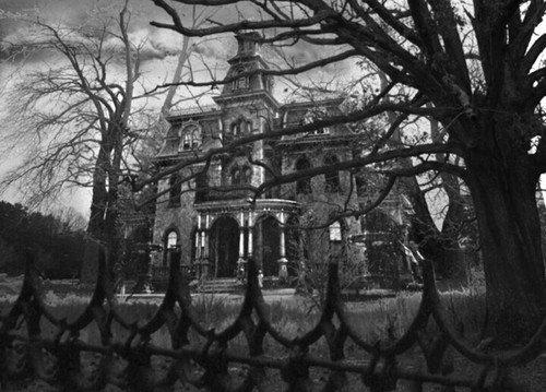 """""""Il est impossible pour un oeil humain de visualiser isolément la coïncidence malheureuse des lignes et des espaces qui, réunis dans la façade d'une maison, lui donnent l'air de respirer le mal. Et cependant il y avait là un je ne sais quoi - une juxtaposition insensée, un angle mal tournée, une rencontre hasardeuse entre ciel et toiture, qui faisaient de Hill House un hâvre de désespoir, d'autant plus terrifiant qu'il semblait présenter un visage éveillé, avec la vigilance de ses fenêtres aveugles et le soupçon de gaieté que suggérait le sourcil d'une corniche. """""""