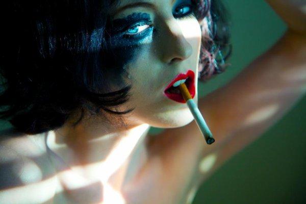 Il partit laissant une subtile odeur d'eau de toilette masculine. Alors, elle alluma une cigarette et libéra son âme rongée par la mémoire à travers la fenêtre, telle par une horrible maladie… Elle songeait à comment se surpasser…
