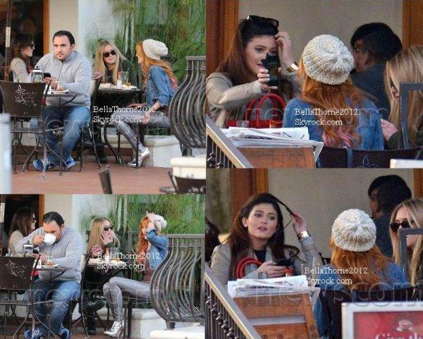 Bella et Kylee Jenner dans un restaurant de Beverly Hills le 21 décembre :