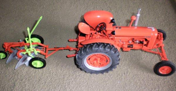 Tracteur Case attelé a une charrue case a 2 socs