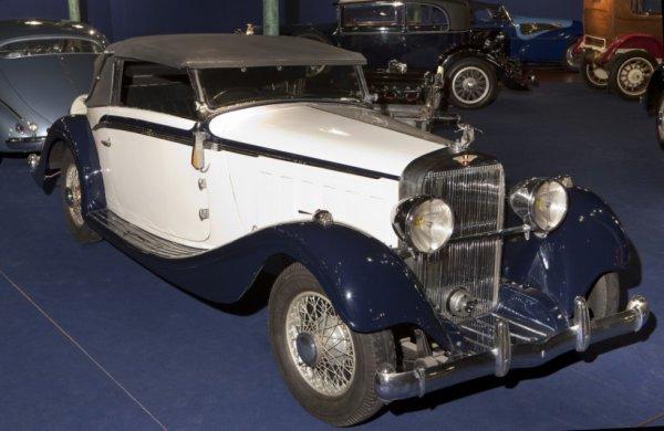 on peut aussi voir des voitures plus anciennes customiser ou pas. Black Bedroom Furniture Sets. Home Design Ideas