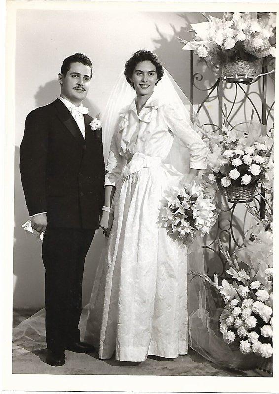 la boulangerie prise 6 mois aprés notre mariage dans la Drôme tenue 31 ans,Mon père moi .mon époux,nos parents, nos grands méres en juin 1958 à la Seyne S/Mer.sauf une DCD.dommage!