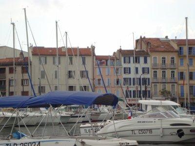 le quai du port de la Seyne.les chantiers bombardés en 1944, les tickets de pain.ci dessous un coté du port ou on voit une terrasse au dernier étage c'etait un oncle de mon époux qui l'habitait Louis Q......