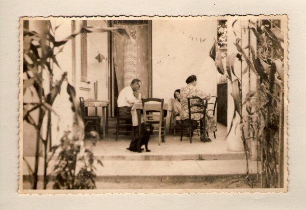 . deux soeurs de mon pére ,Magdeleine1899-1990 et Marie 1904-1983.dessous mon pére Jean-Baptiste  1906-1998 et la  maison chez grand mére à l'avenue des sablettes avec son 2eme époux Louis Guibaudo la soeur de mon pére  Marie..