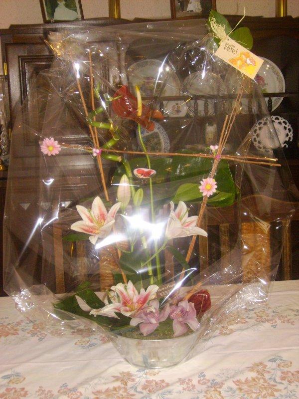 dimanche 27 juillet 2008, surprise de nos fils, belles filles.et petits.le fleuriste au portail qui sonne.belle surprise !