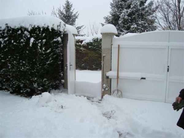 neige du 30-11-2010 et du 9-03-2010 autant qu'en debut d'année.le banc magnifique.les pots de 50 cm environ sont bien cachés.