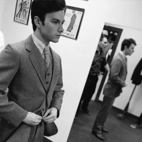 Nouvelle photo de Chris en plein essayage pour son rôle dans le biopic sur Noel Coward. Postée par Joe Stephenson