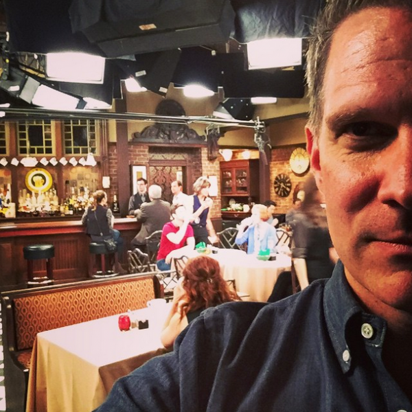 "Chris sur le tournage de ""Hot In Cleveland."""