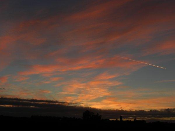 """PHOTOS PERSO: dans la série ''Levers de soleil, cieux et nuages"""" et vion-vion -  8 Oct. 2015, 8h."""