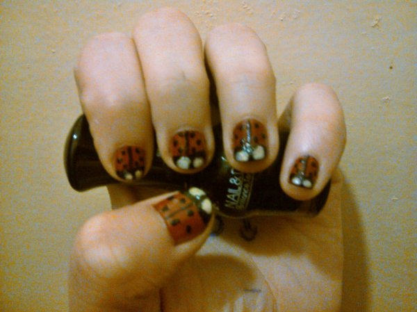 Nail art coccinelle