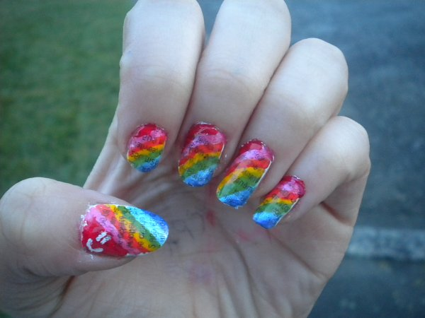 Nail art multicolor et papier journal