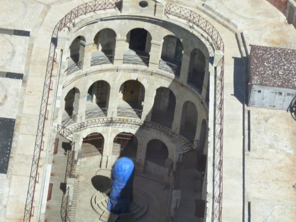 vu de l'interieur de fort boyard en helicoptère