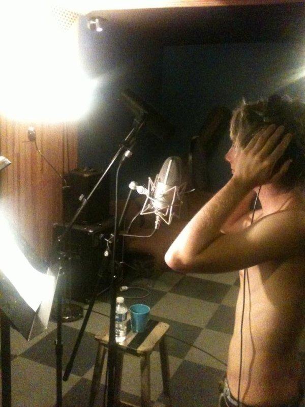 """1er album à venir !Romain est rentré en studio jeudi, pour enregistrer sont premier album, une tournée en préparation aussi prochainement, quelque titres de chansons : """"Nos Années Lycée"""", """"L'Autre Côté"""", et """"Même Si"""", on attaque """"Jusqu'à Demain Matin"""""""