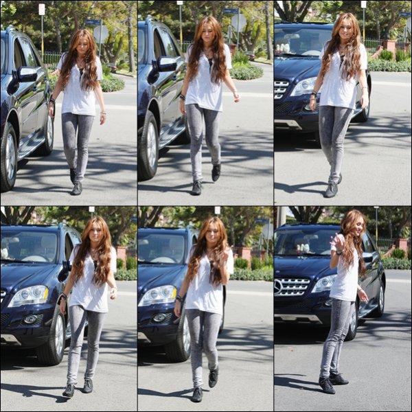 . 15.03.10 :  Miley se promenait dans Toluca Lake. .