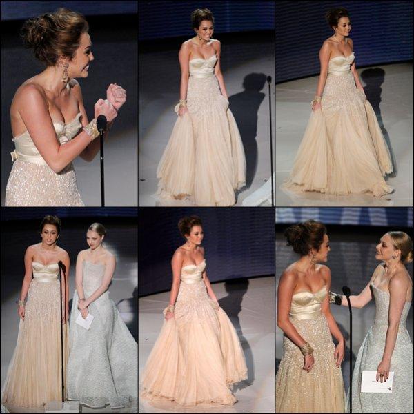 . 07.03.10 au Soir : Miley, Liam et Tish se sont rendus aux Academy Awards où la belle  a présenté un prix,  puis à l'After Party organisée par Elton John à Los Angeles .