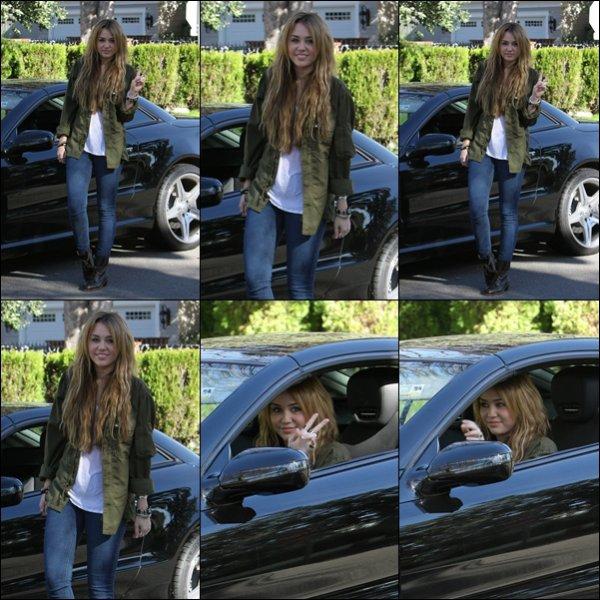 . 31.12.10 : Miley est sortie, pour la dernière fois de l'année, dans Los Angeles. .