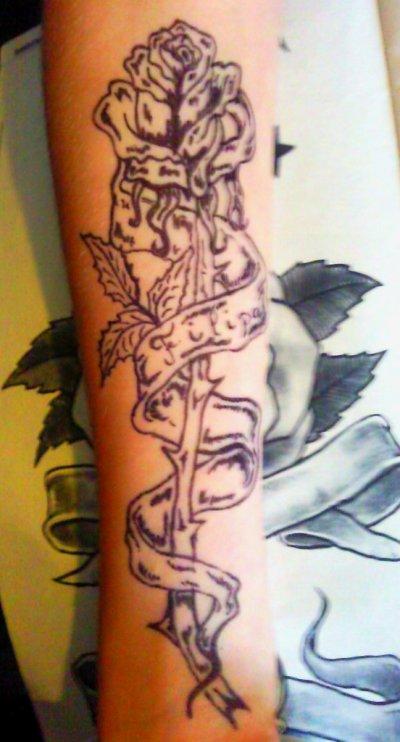 Tous simplement une merveilleuse rose dessiner à la main sur un avant bras ,