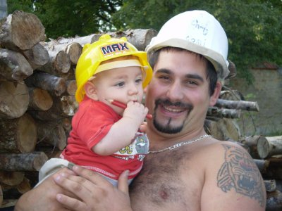 bebe et son casque de chantier