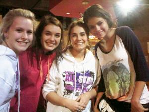 Selena était a l'aeroport de Floride avec Ashley Benson et Vanessa Hudgens pour tournée le Film