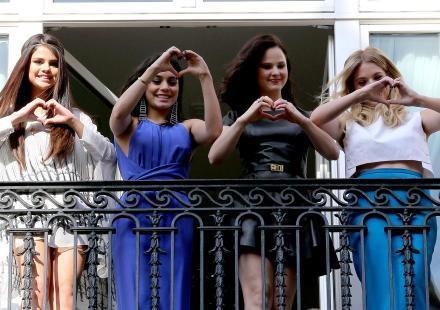 Selena gomez et les filles sont actuellement a Paris pour la premiere de Spring Breakers