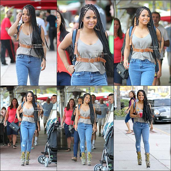 .  25/01/13 : Après une bonne séance de sport, Christina est allée au restaurant avec un amie, à Miami. .