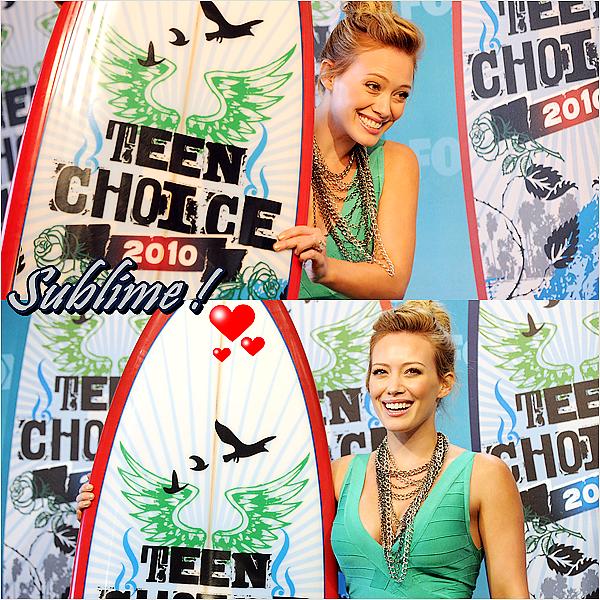 FLASH-BACK C'est une Hilary toute Sublime qu'on retrouve au Teen Choice Awards 2010.J'adore tout simplement sa tenu un énorme TOP ♥