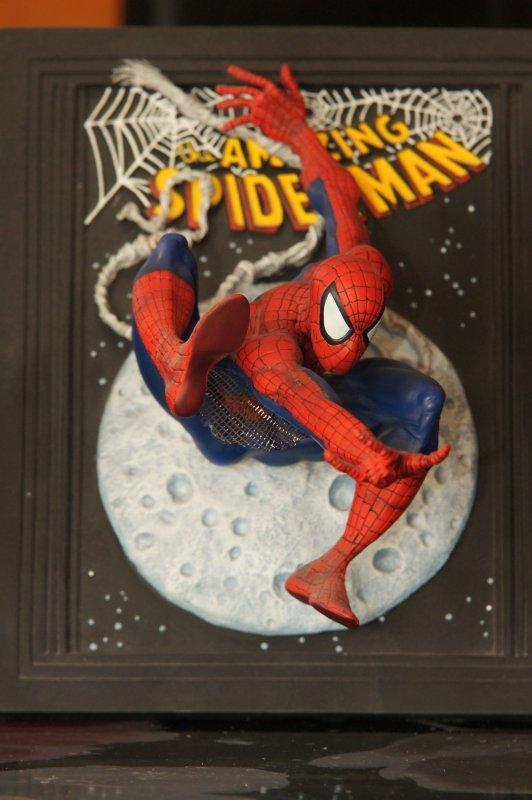 statue spider-man