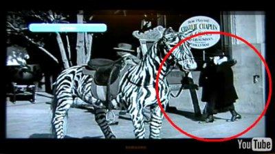 UN VOYAGEUR DU TEMPS DANS UN FILM DE CHARLIE CHAPLIN EN 1928 ??