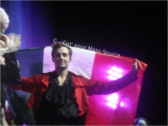 Article n°3 : Le 2 mai dernier, Catalina l'une des admis du blog, est allée voir Mozart Opéra Rock à Bruxelles. Elle a d'ailleurs remis un cadeau à Mass : Le drapeau de L'Italie, pour lui rappeler son pays d'origine, avec des mots de fans écris dessus .Elle a réussis à le lui donner lors du final;  Elle en as profité pour immortaliser ce moment en vous ramenant quelques clichés. Merci encore pour ces photos sublimes ! (L)