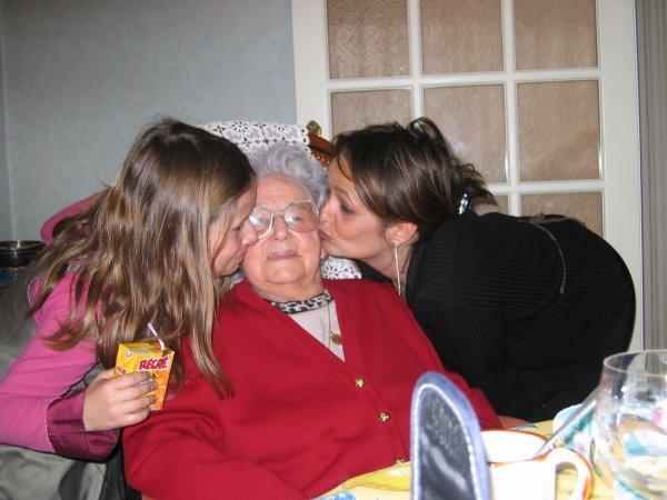 Maman tu me manque . :'( Ma mère tout à droite et moi tout a droite