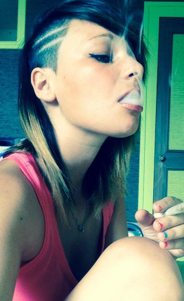 La plus fidèle des relations est entre un fumeur et sa cigarette Elle brûle pour lui , il meurt pour elle.