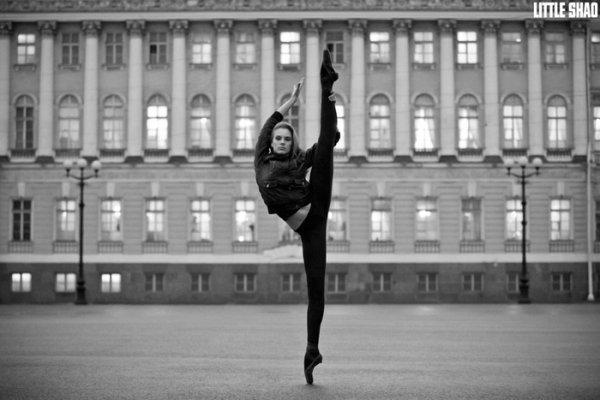 Debout Sur Un Pied! Est La Chose La Plus Facile Pour Une Ballerine à Faire!