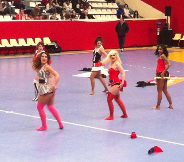 Gaelle danse avec Nawell Madani + Insane Show lors de la coupe de la ligue dy handball féminin