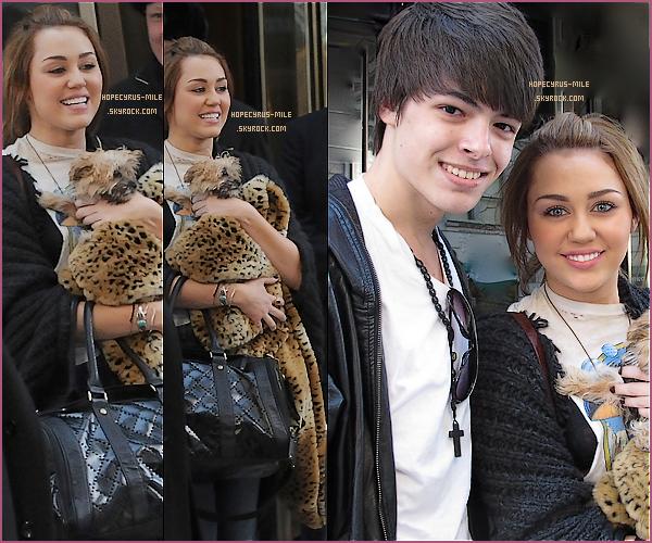 """- 02/03/11: Miley Cyrus et sa chienne sortent  de leur hôtel  à New York . TOP ou FLOP ? . Découvre la vidéo de Mil' a l'émission """"SNL""""      ici -"""