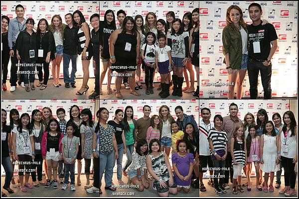 - 17/06/11 : Avant son concert à Manilla , Miley C a pris plusieurs photos avec ces fans.TOP ou FLOP ? Miley Cyrus a été aperçue à l'aéroport de Manila aux Philippines direction l'Australie-