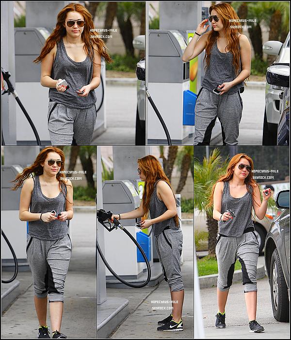 - 24/03/11: Miley à été la station d'essence de West Hollywood .     TOP ou FLOP ? .Découvrez quelques  photos perso' de Miley Cyrus . En cliquant-ici . -
