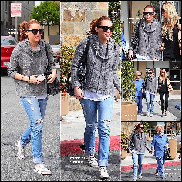 - 17/03/11: Miley , sa mère et sa grand-mère se promenaient à L.A .  TOP ou FLOP ? .Dans la même journée , Miley a été aperçus à Beverly Hill.  Photo-ici -
