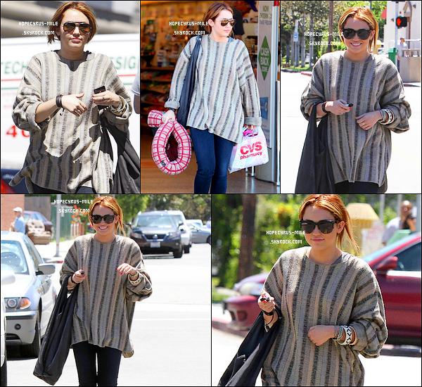 .  26/04/11 : Miley ainsi que ,sa s½ur Noah et sa mère se promenaient dans les rues de L.A.  .