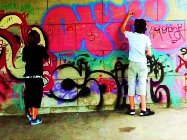 Tes murs sales sont tristes laisse faire les artistes.